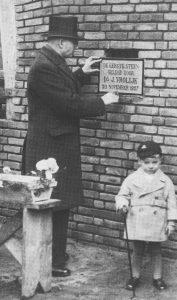 Ds. J. Vrolijk () legde op 20 november 1937 de eerste steen voor de nieuwe kerk.
