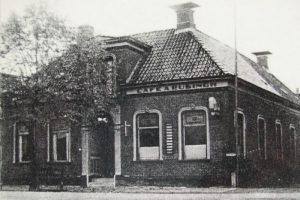Dit voormalige café werd omgebouwd tot de gereformeerde kerk in Hoogezand-Martenshoek.