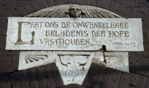 De gevelsteen in de muur van de Haagse Oostekerk.