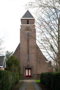 Het vooraanzicht van de gereformeerde kerk te Landsmeer.