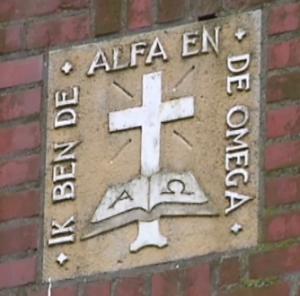 Gedenksteen in de muur van de kerk te Niezijl.