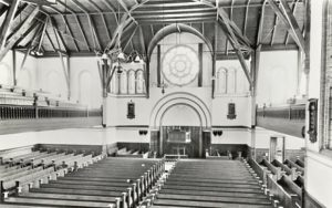Het interieur van de 'Oude kerk' aan de Groenmarkt, lang geleden, nadat de stoelen voorin de kerk weggehaald waren.
